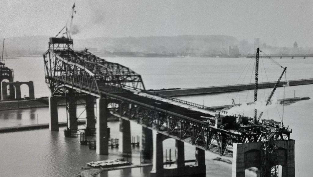 Le pont Champlain en construction, à l'hiver 1961-62. (Photo: Hans Van der Aa)